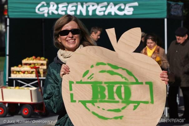 Ecological Agriculture and Pesticide Free Apples Activity in Slovakia © Juraj Rizman / Greenpeace