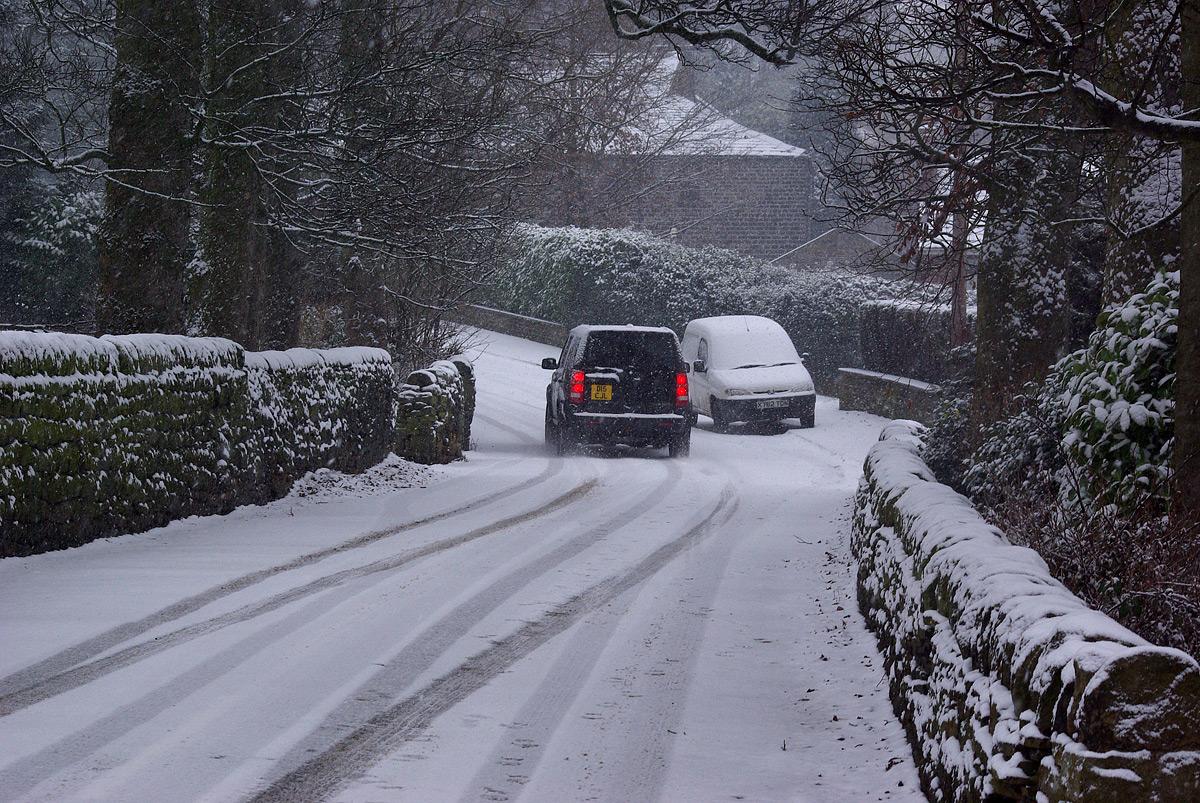 Auto so zimnými pneumatikami na zasneženej ceste