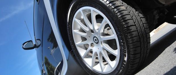 Zdroj: https://pixabay.com/sk/auto-automotive-pneumatiky-vozidlo-219727/