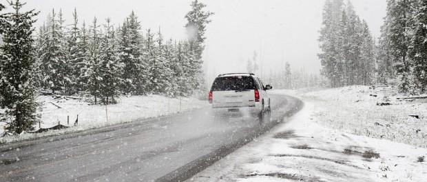 Zdroj: https://pixabay.com/sk/sneh-cesty-zimn%C3%A9-auto-roadtrip-1281636/
