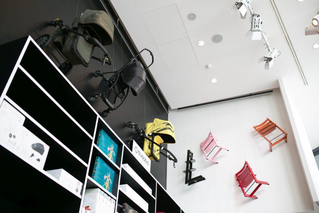 Predajňa Lulubee je bývalou galériou. Dnes tu namiesto obrazov visia zo steny kočíky a detské stoličky.
