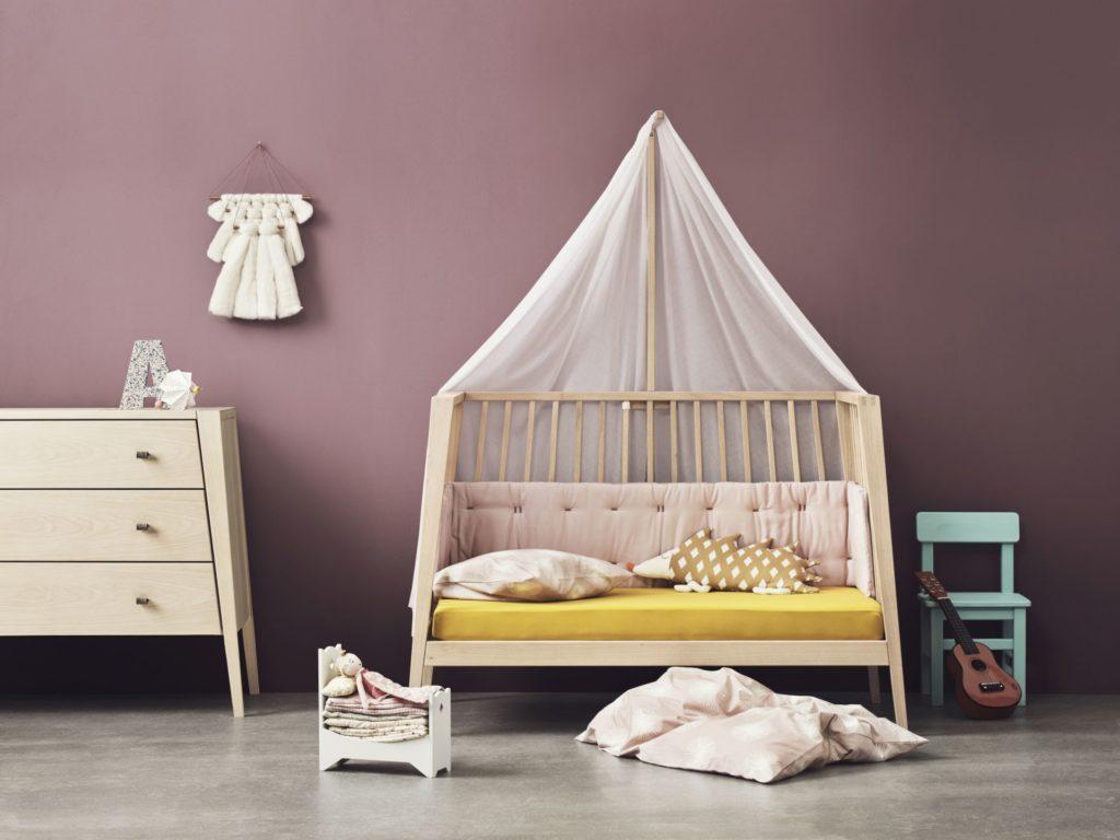 Postieľka pre bábätko od firmy Leander sa po čase môže zmeniť na pohodlné sofa.